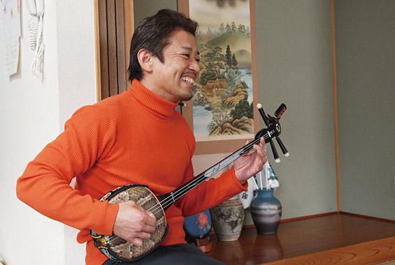 ※写真:三線が趣味で沖縄が大好きと言うご主人様。三線はいつもは床の間に飾っているそう。弾きはじめると家族みんなが謳ったり踊ったり!楽しそうです。