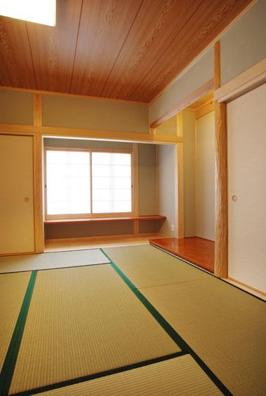 ※写真:床の間のある和室の続き間。夏には早速親戚のみなさんで集う機会があったそうです。