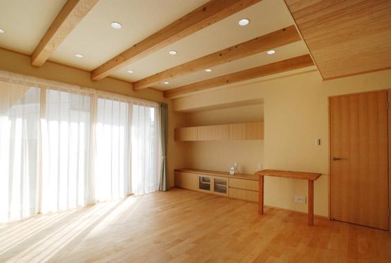 ※写真:明るい陽射しが射し込むリビング。床は無垢の楓のフローリング、天井には一部杉板を貼りました。