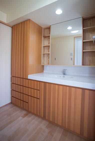 ※写真:収納もたっぷり、広々とした洗面台