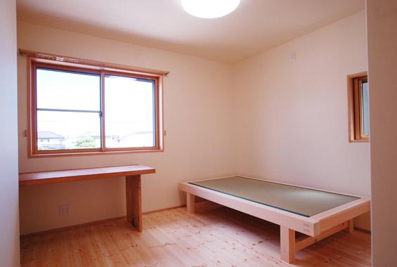 勉強机は銘木の一枚板でつくりました。奥には本を収納する棚も。 畳ベッドは「寝心地がとても良い!」とエムズのお客さまからもとても人気です。