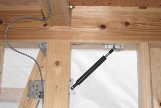 ※写真:「制震」とは地震エネルギーを吸収して揺れを抑えるしくみ。壁の中に制震ダンパーを施工し、地震の加速度を低減。「耐震」に比べて建物の変形を20%~50%低減することが可能。