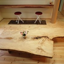 トチの木を天板に。割れや節などもデザインとしてアクセントに。