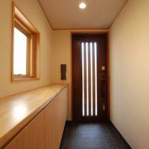 壁一面に細い板材を張り、飾り棚に。