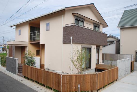 ※写真:切妻屋根が印象的な外観。木で作られた外壁がぬくもりを添えます。
