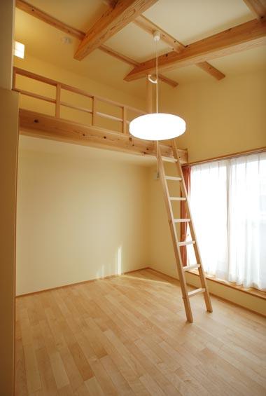 ※写真:ロフトのある子ども部屋。娘さんと息子さんはこのロフトで就寝しているそうです。