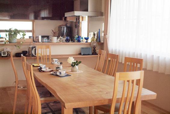 ※写真:センの木の2.5mの一枚板でつくったテーブル。材木屋に木を見に行ってこの天板を選ばれました。ご家族や友人とゆったり集う空間に。