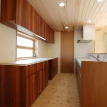 引き出し式の食器収納スペース。棚中央下にゴミ箱を置くスペースも。
