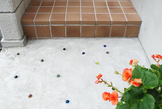 玄関エントランスのコンクリートには家族でビー玉を埋め込みました。