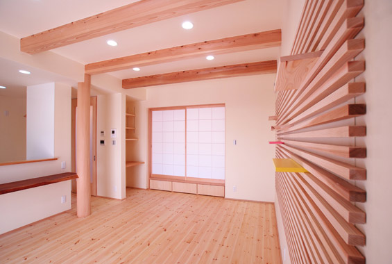 無垢の木でつくったリビングの棚。棚板はご家族な好きな色をそれぞれ一枚ずつ塗って仕上げました。