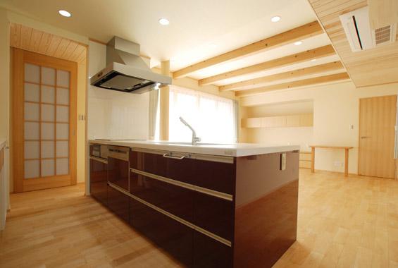※写真:広々と収納たっぷりのキッチン。お友達との料理教室も十分楽しめるスペースです。