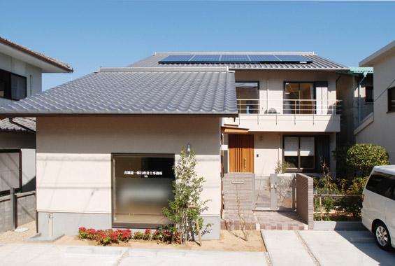 ※写真:屋根の上にソーラーパネルを設置。天気のいい日は自家発電し、電気をまかないます。