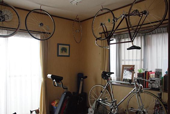 ※写真:競輪選手のご主人さまの練習道場。たくさんの自転車が。