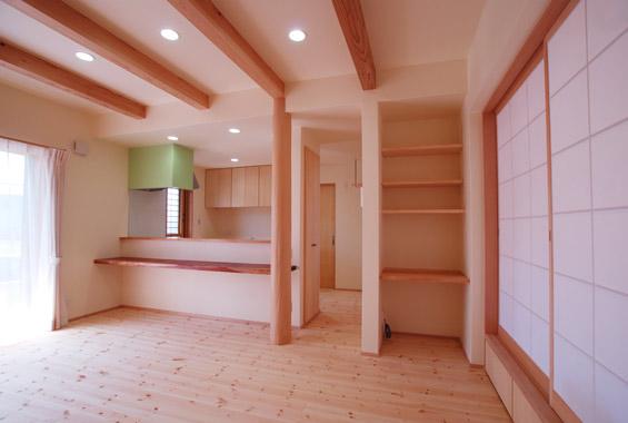 リビングからキッチン方向を眺めたところ。 キッチンの奥は洗面脱衣室、浴室と続いています。 右側の障子を開けると畳スペースに。 畳スペースの下には床下収納も向けました。