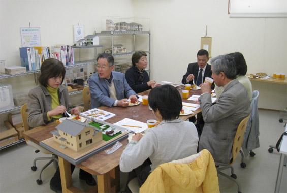 ※写真:2012年4月にM様が先生となってくださった住まいづくり教室の様子。このようにお茶を飲みながら和気あいあいとした雰囲気です。